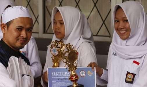 Penghargaan kepada pemenang Lomba dalam acara peringatan Tahun Baru Islam 1 Muharram 1440 H